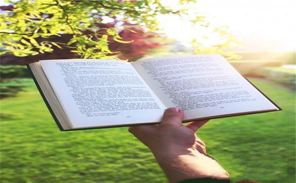 手拿一本书