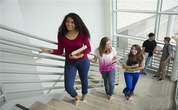 楼梯间的同学