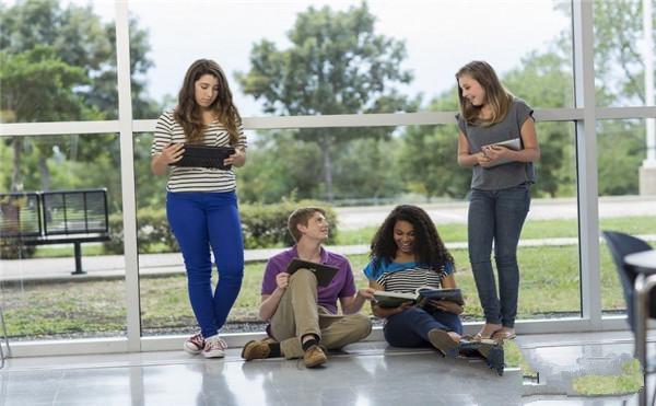 4个同学在交流