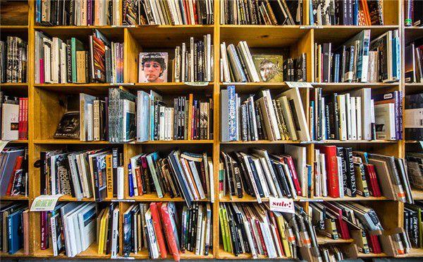 书架摆放整齐的书