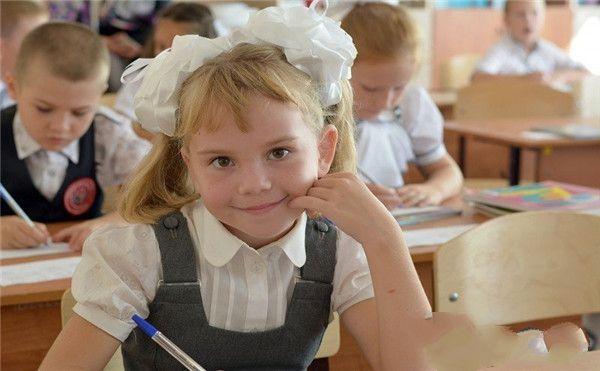 一个正在学习的女生