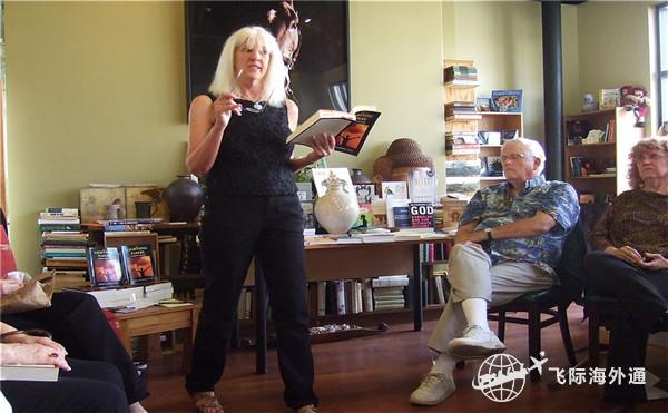 一个女士拿着一本书和一支笔